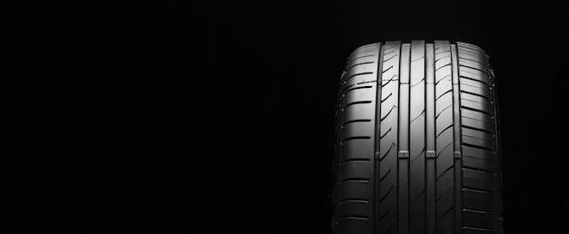 黒い空間に夏用タイヤ。テキスト用のスペース、コピースペースパノラマ
