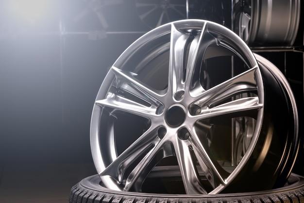 車の合金ホイールをクローズアップ、滑らかな曲線スポークの美しいデザイン、マットグレー色