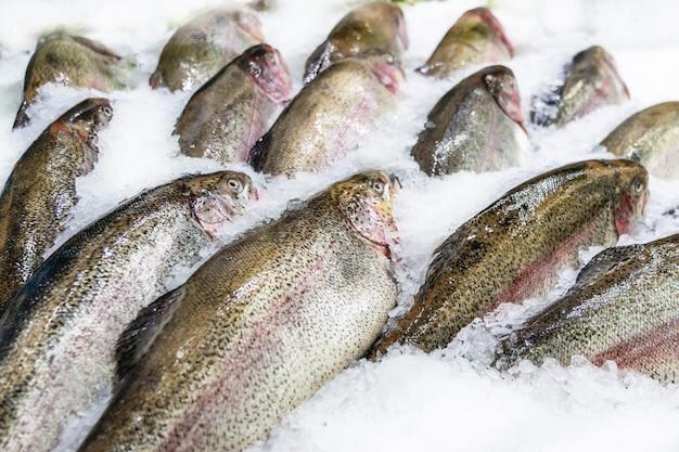 市場、ピンクサーモンでの販売のために飾られた氷の上の新鮮な魚