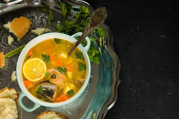 作りたての魚の缶詰スープ、レモントレイと銀のトレイ
