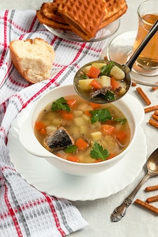 作りたてのマグロの缶詰スープ、クラッカー、コンクリート、スープ鍋