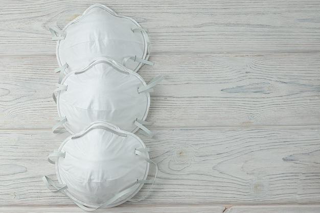 医療用マスクの分離。ウイルス、インフルエンザ、コロナウイルスに対する気道の保護。医療と外科のコンセプトです。ウッドの背景