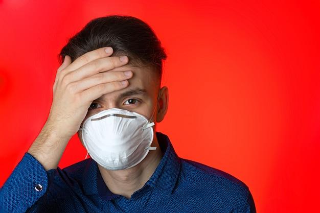 防護マスクでの自己分離のウイルス病の若い男。コロナウイルスの蔓延から身を守る