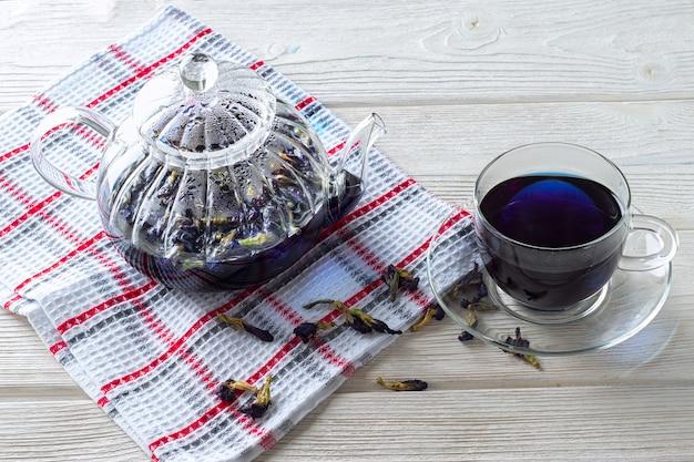 クリトリアの花のクローズアップから青い蝶エンドウ茶。減量を促進するエキゾチックなフローラルブルーティー。ウェルネスとデトックス。