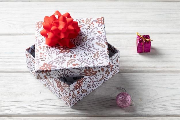 ホリデーギフトボックス。クリスマスの飾り付き
