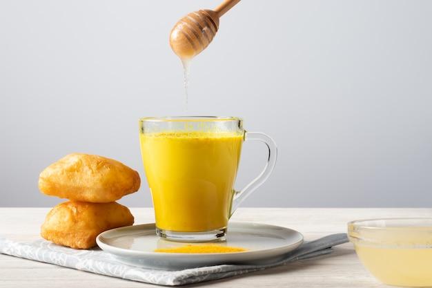 ウコンと蜂蜜、伝統的なインドの飲み物と黄金の牛乳