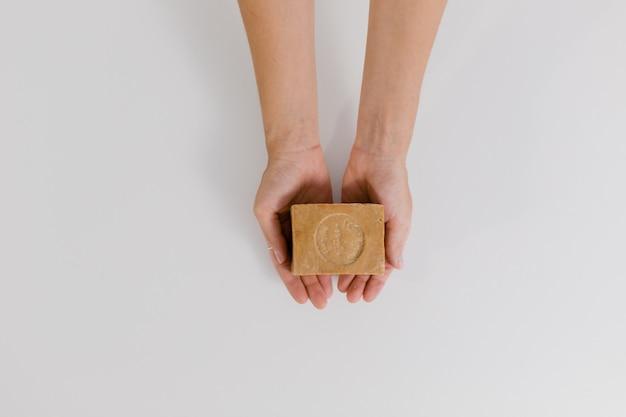 天然石鹸を持っている手