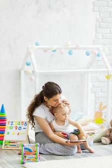 母と息子が一緒に室内で遊ぶ
