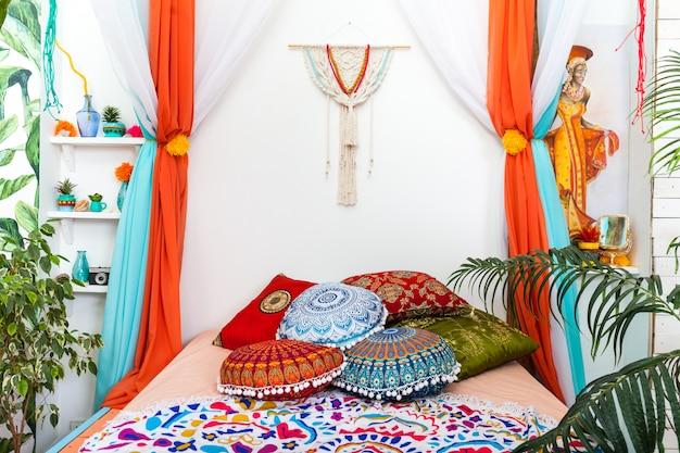 明るい色の寝室