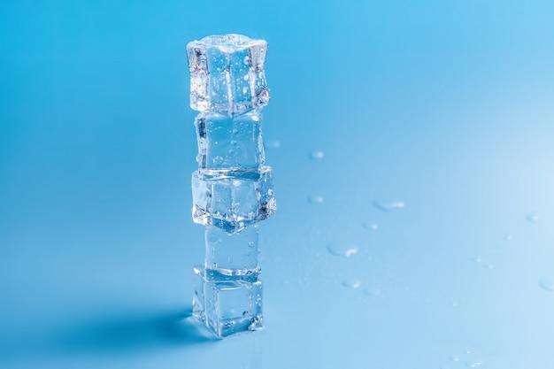 滴と溶けた氷のピラミッド