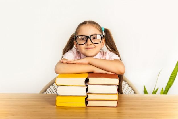 学校で多くの本を持つ学生少女の笑顔