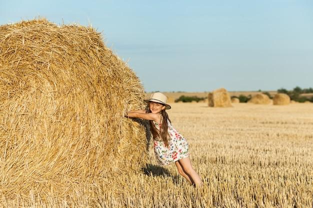 小麦畑に幸せな女の子