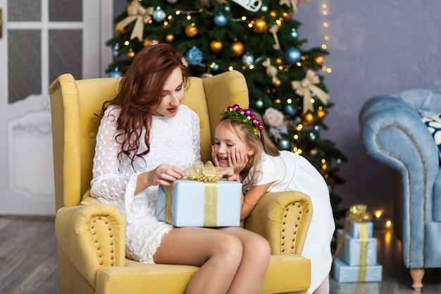 母と娘のギフトボックスを笑顔