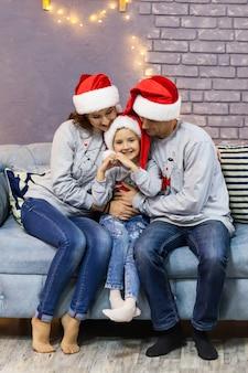 赤いサンタ帽で家族の肖像画