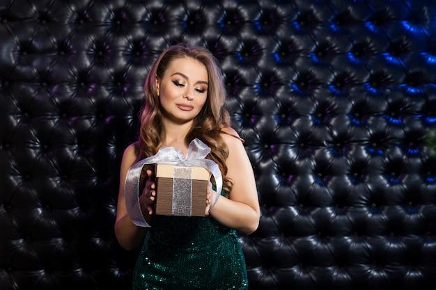 ギフト用の箱と美しい幸せな女。祝うコンセプト