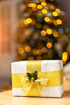 光沢のあるカラフルな夜の美しいギフトボックス。豪華な新年の贈り物。