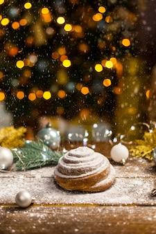 木製の背景に自家製の伝統的な冬のお祭りパン。