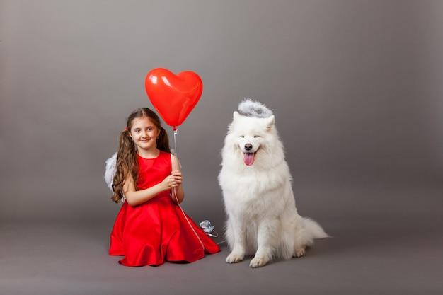 忠実な友人、少女と犬。友情のシンボル