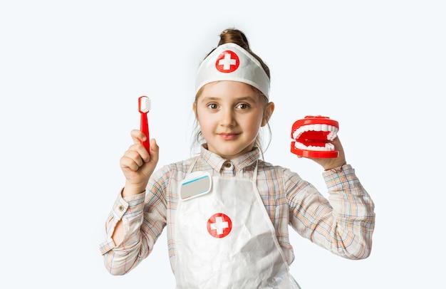 歯科医のツールで幸せな笑顔の女の赤ちゃん