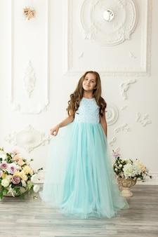 おしゃれなドレスの女児