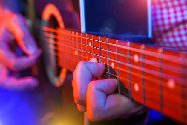 アコースティックギターを持つ男性ミュージシャン