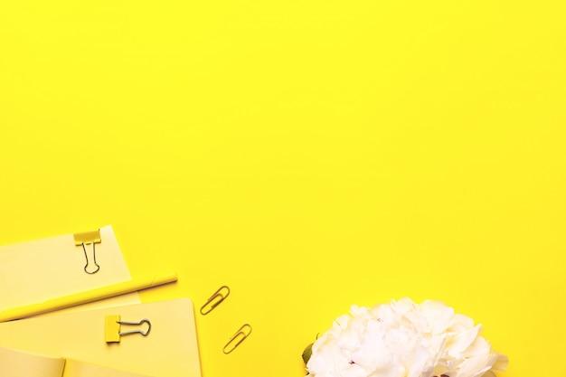 Бизнес-концепция - вид сверху коллекции светло-желтых тканевых тетрадей