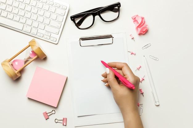 コンピューター、鉛筆、付箋、ノート紙でトップビューオフィスデスク