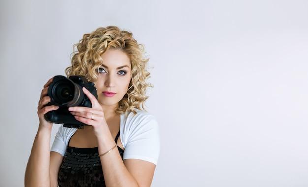 デジタルカメラを持つ若い女