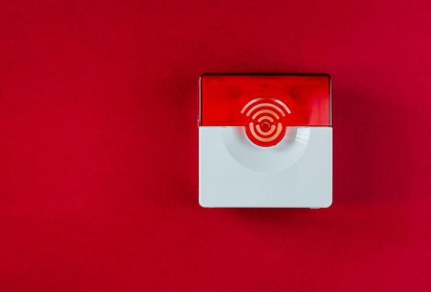 赤い背景の上の火災安全システム