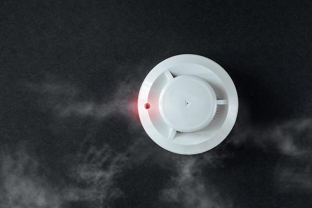 煙探知機と黒い背景に火災探知機