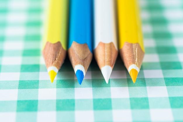 テキスト用のスペースが付いているおりへのパステル調の背景に色鉛筆。