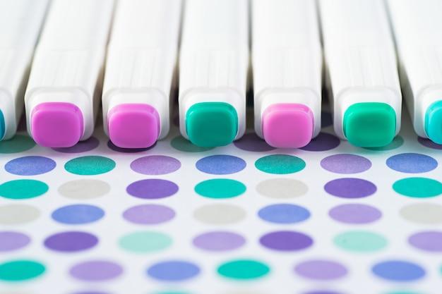用紙の背景に分離された色マーカーペン