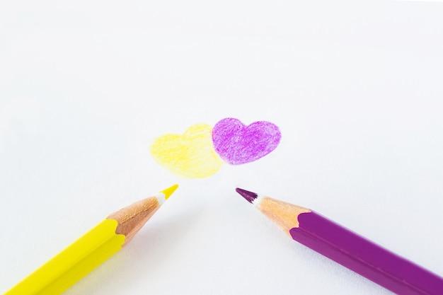 テキスト用のスペースと白い背景の上の色鉛筆。