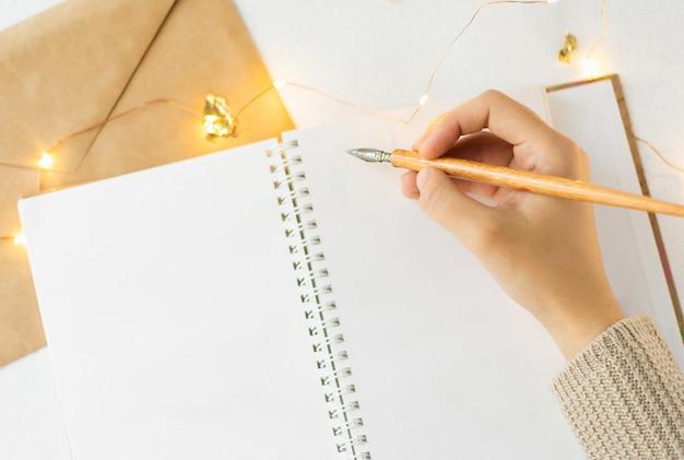 開いているノートブックと装飾アイテムの空白のページ
