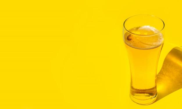ビール。コールドクラフトライトビールとグラスに水滴。ビールのパイント。オクトーバーフェストのコンセプト。