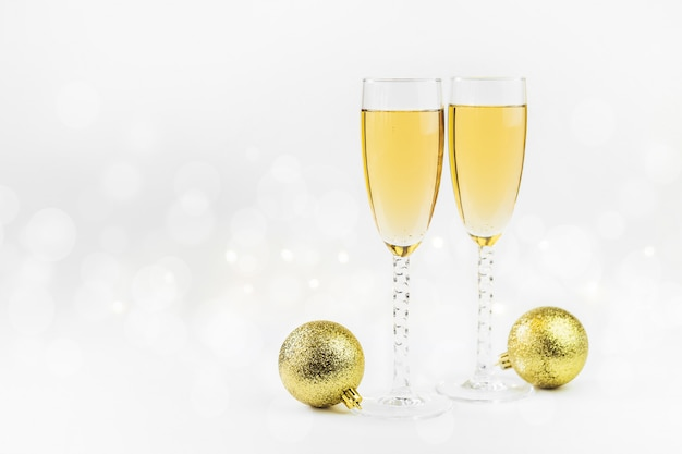Сверкающий новогодний фон с шампанским и звездами. рождество и концепция счастливого нового года.