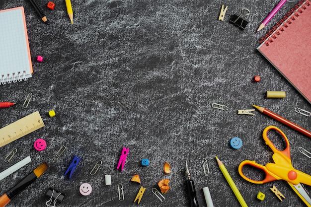黒板に色の学用品