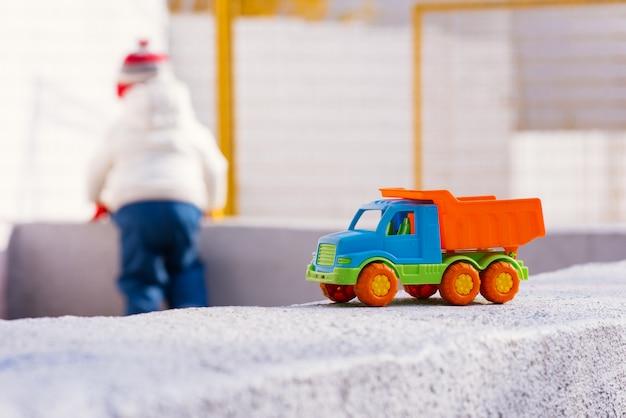 子供は路上で車を再生します
