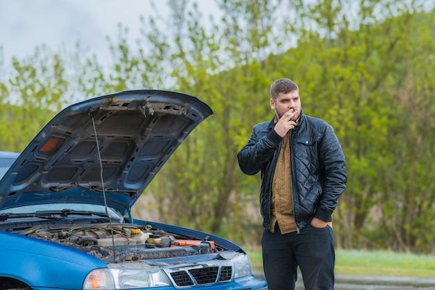 警戒していたドライバーが車を修理しようとする