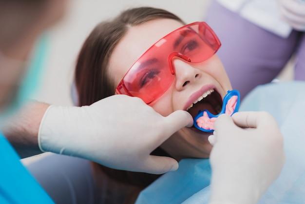 歯科矯正医は、歯を洗浄するための手順を実行します