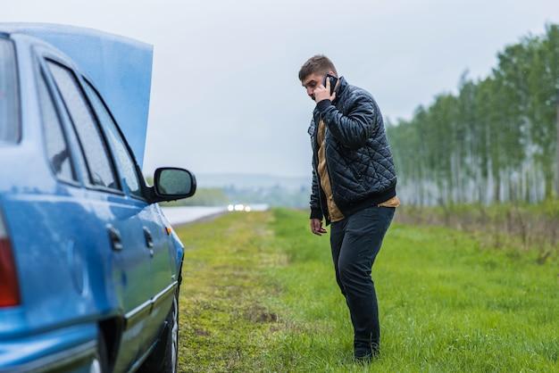 神経質なドライバーが電話でヘルプデスクを呼び出します