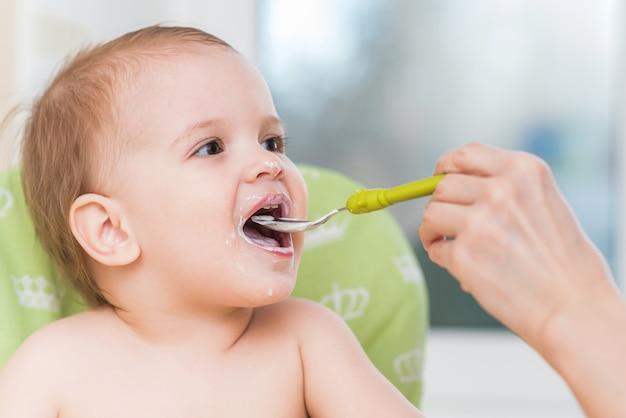 Матери кормят ребенка