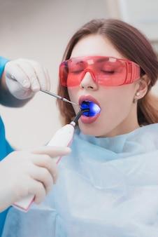歯科矯正医は、歯を磨いた後、患者を診察します