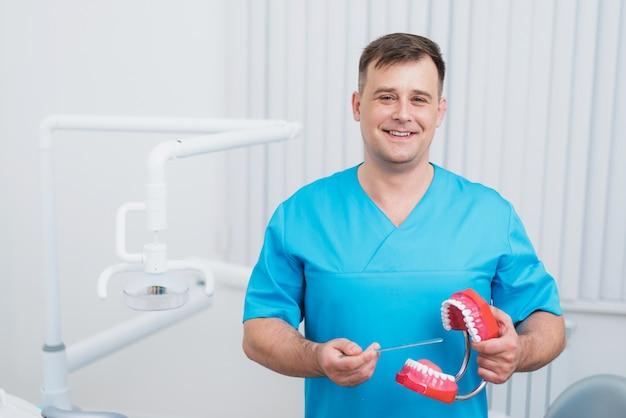 Доктор показывает зубы, как ухаживать за зубами