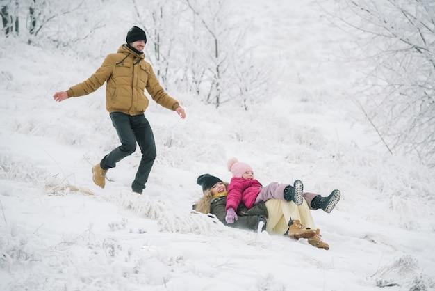 冬のジェットコースターに乗って幸せな家族
