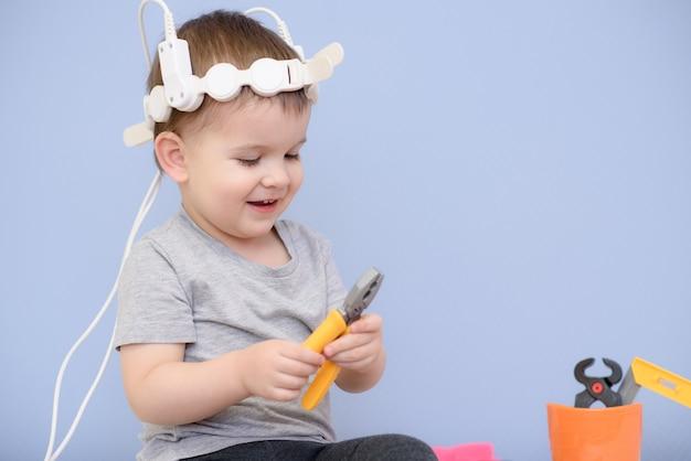 病院で磁気療法を行う赤ちゃん