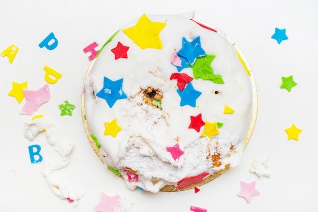 Торт на день рождения для маленького ребенка, который сломал его