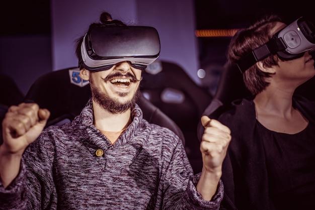 映画館で特別な効果を持つ仮想メガネで楽しんでいるカップル