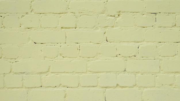 レンガの表面は黄色の塗料で塗装されています