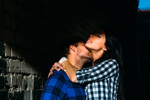 カップルが通りへの移行でキス